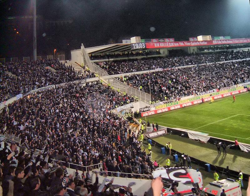 800px-Supporters_de_Beşiktaş_JK